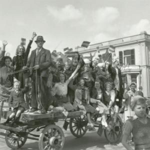 Apeldoorners vieren feest na bevrijding