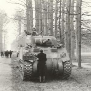 Vrouw houdt Sherman tank staande
