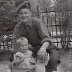 Canadese soldaat en Apeldoornse baby