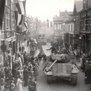 Sherman tank rijdt door de hoofdstraat